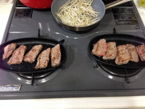 最初にこんがりと焼き色をつけて肉汁を閉じ込めよう